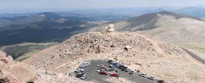 View from the summit of Mount Evans onto the end of the Mount Evans scenic byway and the observatory. Photo by Daniel Schwen/wiki.
