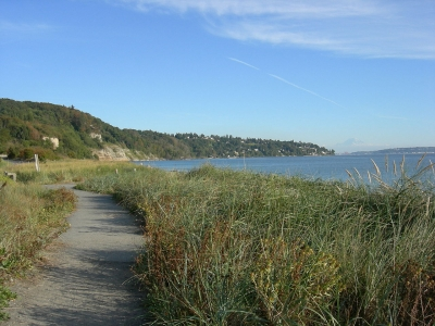 Path along the south beach of Discovery Park. Photo by Joe Mabel/wiki.